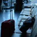 Una maleta, un billete de avión y un par de zapatos